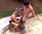 Un employé encule son employeur à fond près de sa piscine !
